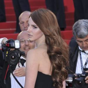Lana Del Rey en Alberta Ferretti est elle aussi venue fouler le red carpet cannois.