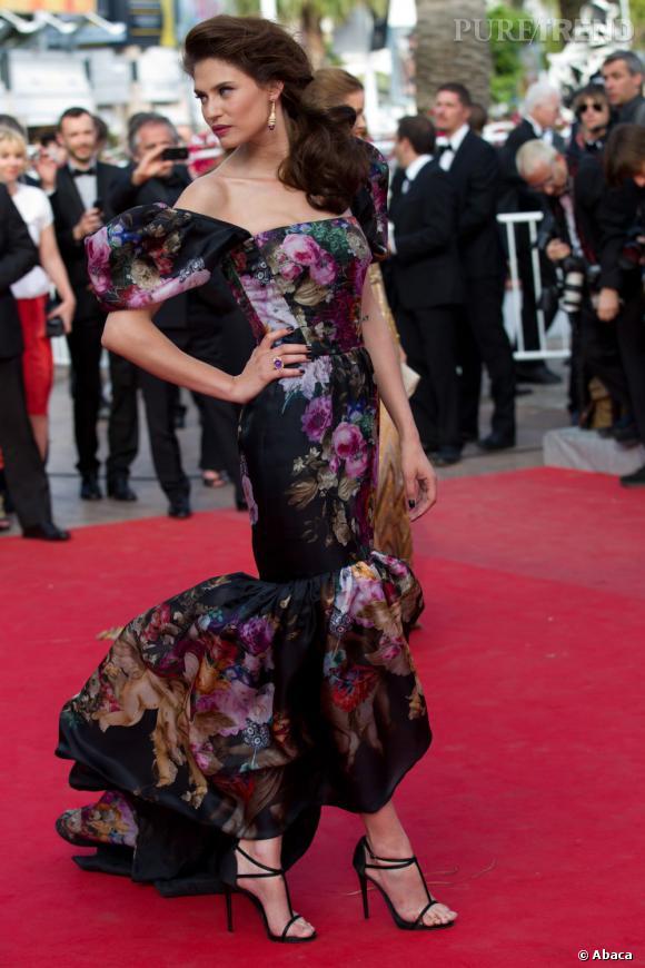 Bianca Balti aurait pu faire tapisserie, mais le motif de sa robe fait finalement effet.