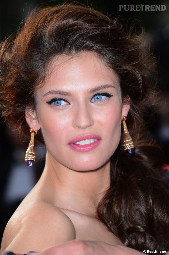 Bianca Balti souligne son regard azur d'un trait d'eye-liner délicieusement rétro.