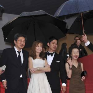 Isabelle Huppert monte les marches avec Moon Sori, Hong Sangsoo, Yu Junsang et Youn Yuh-jung.