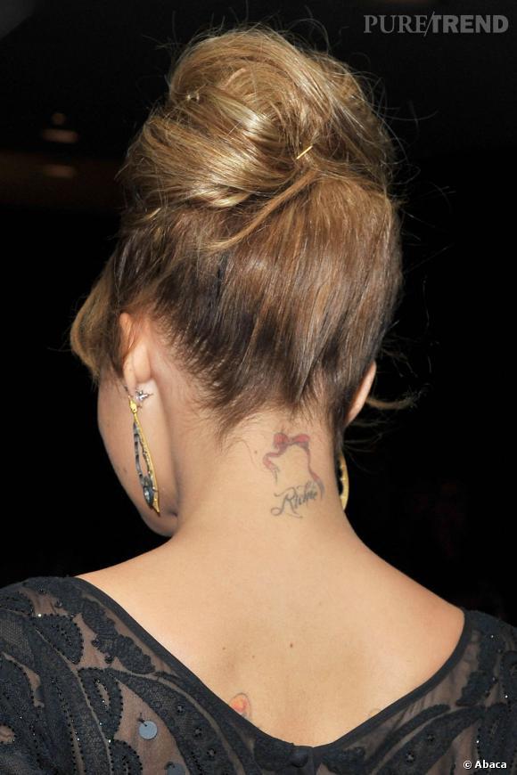 Avec sa crinière montée en chinon rétro, Nicole richie dévoile ses tatouages.