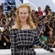 Nicole Kidman se juche sur des escarpins à bouts ouverts noirs.