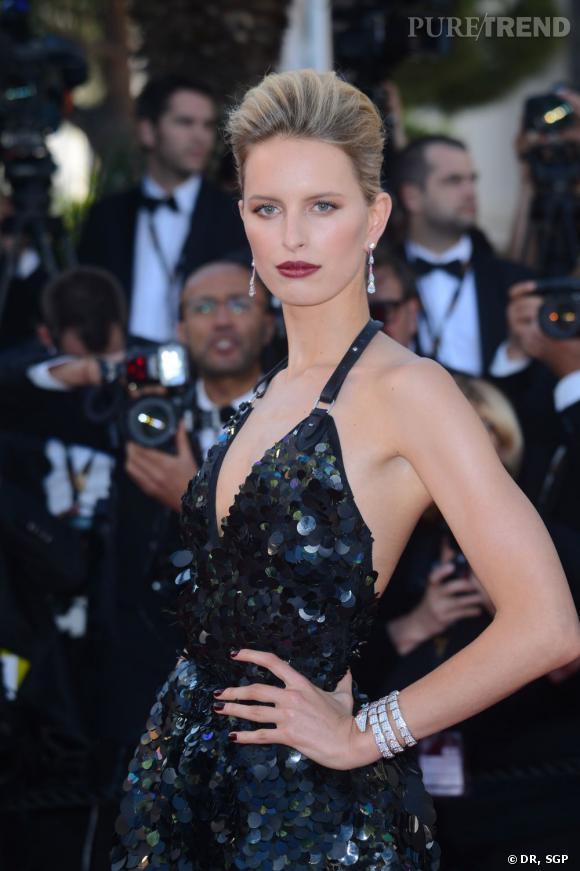 """Karolina Kurkowa a elle aussi fait honneur à la maison italienne Bulgari, en portant un bracelet """"Serpenti"""" en or gris et diamants, ainsi que des boucles d'oreilles en or gris et diamants."""