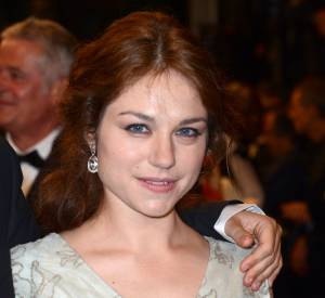 Emilie Dequenne portait des pendants d'oreilles en or blanc et diamants signés Chopard.