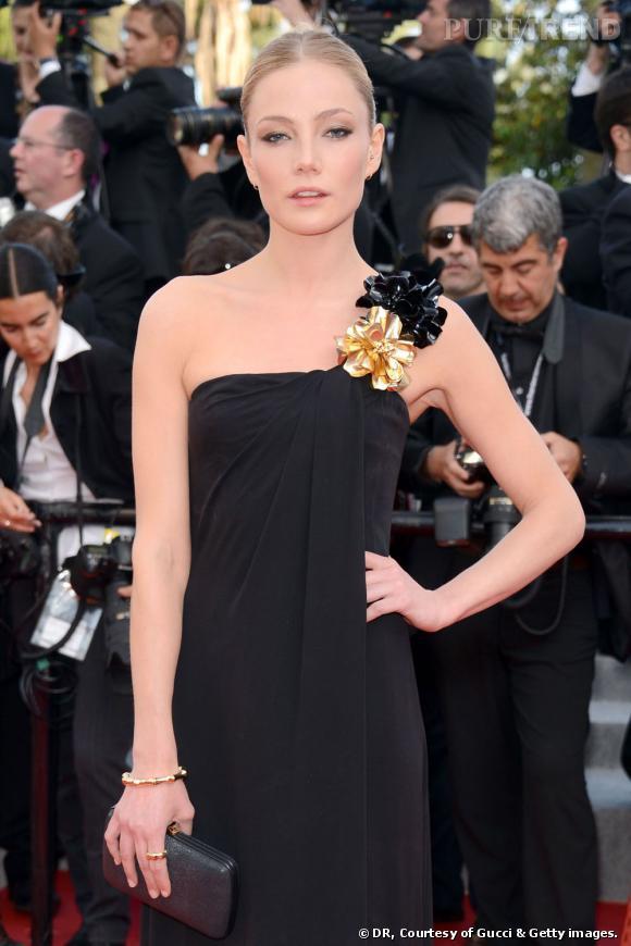 """Clara Paget a opté pour un total look Gucci, robe, pochette et bijoux. La belle portait un bracelet et des boucles d'oreilles """"Bambou"""" en or jaune 18 carats."""