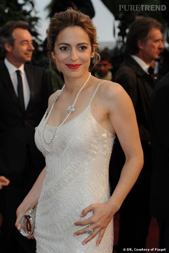 """Audrey Dana portait un sautoir Piaget en perles blanches et diamants ainsi qu'une bague """"Piaget Rose"""" sertie de diamants étincelants."""