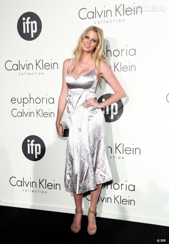 Lara Stone devient le nouveau visage de la campagne du parfum Euphoria de Calvin Klein.