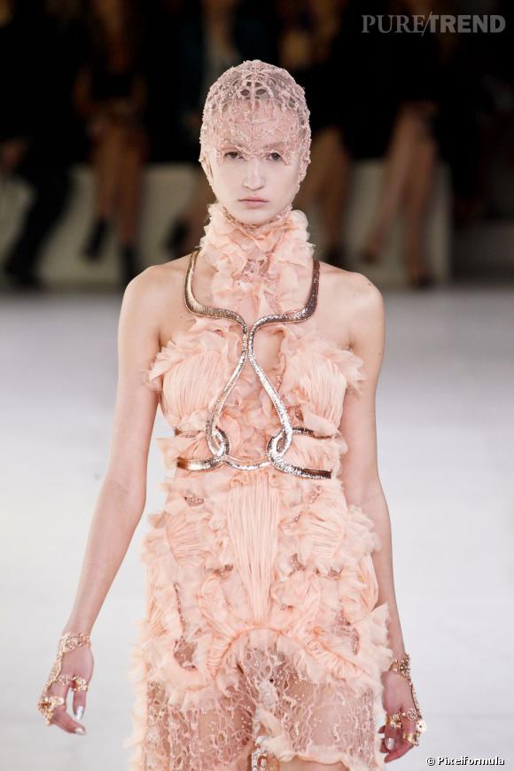 La tendance dentelle vue sur les podiums :  Défilé Alexander McQueen Printemps-Eté 2012