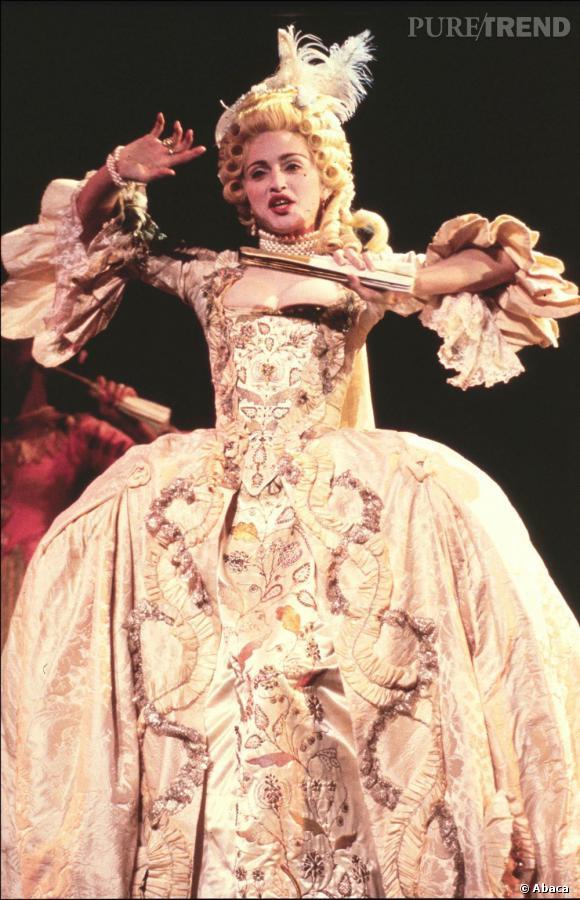 Madonna version XVIII eme siècle joue les Marie-Antoinette sur scène.