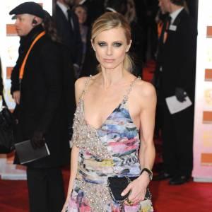 Laura Bailey invite une longue robe imprimés abstraits et perles sur le tapis rouge.