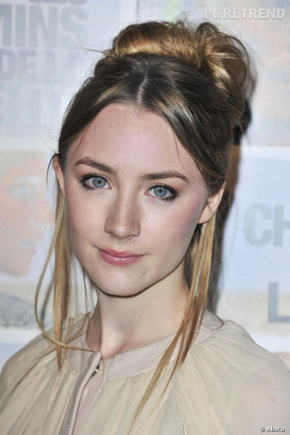 Saoirse Ronan aime jouer de son teint diaphane. Elle se contente d'un peu de mascara et d'un gloss transparent comme mise en beauté.