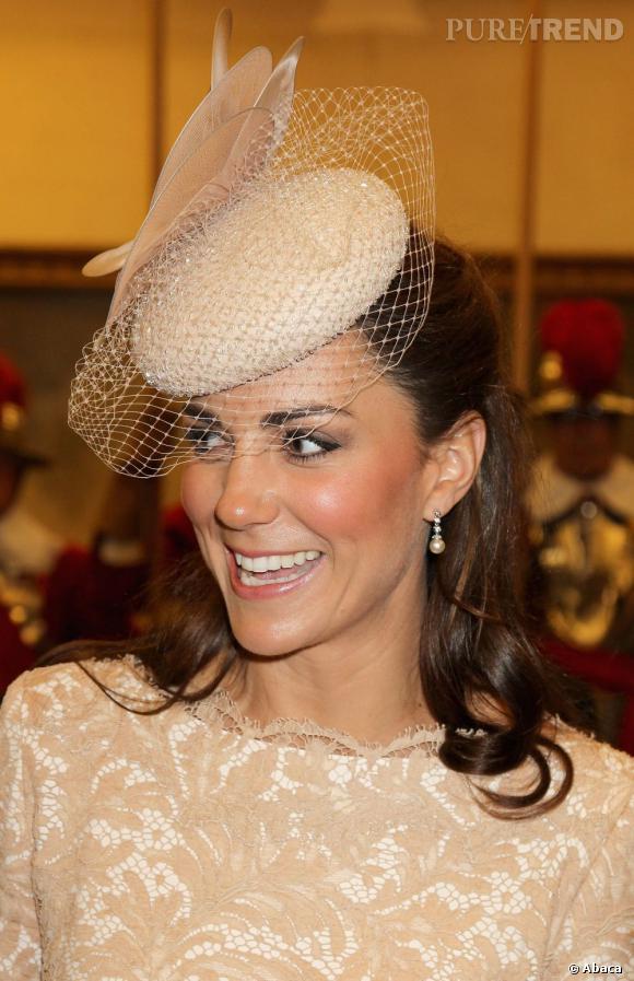 Kate Middleton porte des boucles d'oreilles en zirconium et résine signés Belinda Hadden.