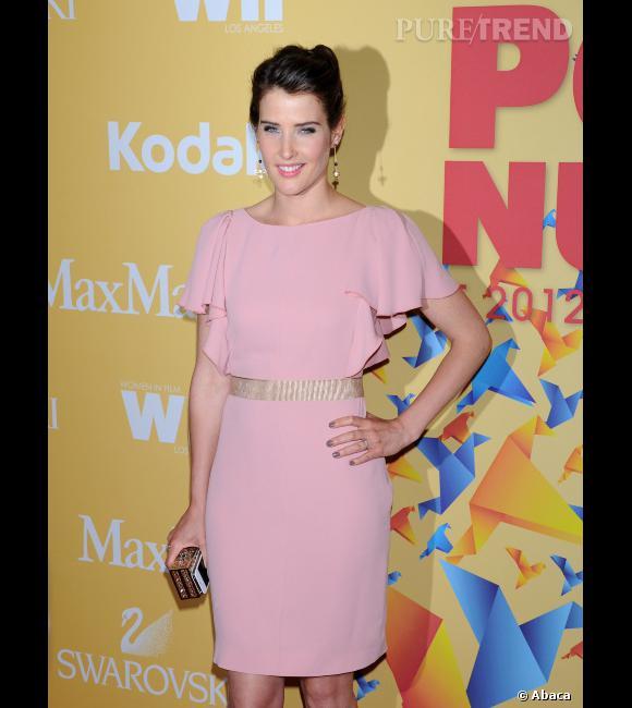 """Cobie Smulders, la star d'""""How I Met Your Mother"""", foule le tapis rouge dans une robe mi-longue rose poudré"""