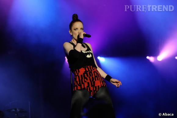 La chanteuse de Garbage, très attendue pour ce Festival, opte pour un short rouge à motifs noirs