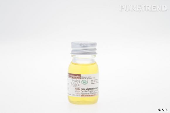 """Idéale pour les peaux mixtes à grasses, l'huile de jojoba s'applique matin et soir sur le visage pour une peau hydratée. Sa qualité de """"sébum naturel"""" permet de rééquilibrer l'épiderme et diminue l'impression de peau grasse.    Huile de jojoba, Huiles & Sens 9,25 € (100 ml) ou   3,95 € (30 ml)"""