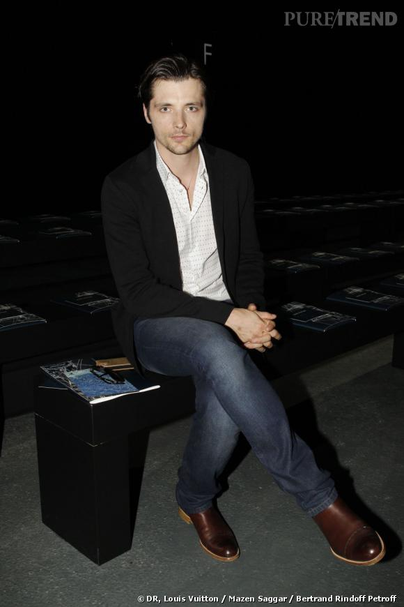 Raphaël Personnaz assiste au défilé Louis Vuitton Homme Printemps-Eté 2013
