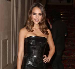 Le look du jour : Jessica Alba, cuir sexy pour Versace