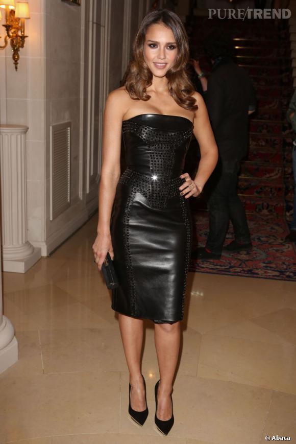 Le regard souligné de noir, la démarche sexy et assumée : Jessica Alba était bien la plus hot de la soirée !