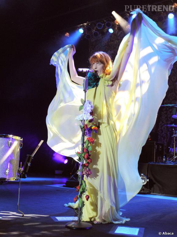"""Florence Welch et son groupe Florence + The Machine dévoile leur nouveau clip """"Breaking Down""""."""