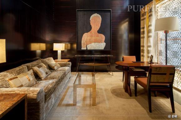 """Intérieur de la boutique, avec l'oeuvre de Farhad Moshiri """"Bride""""."""