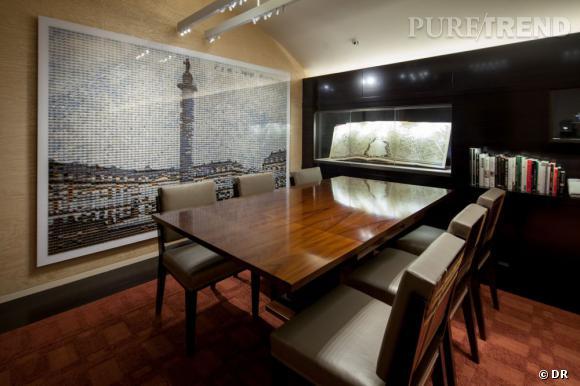 """Intérieur de la boutique, avec l'oeuvre de Rashid Rana """"Dis-location 5""""."""