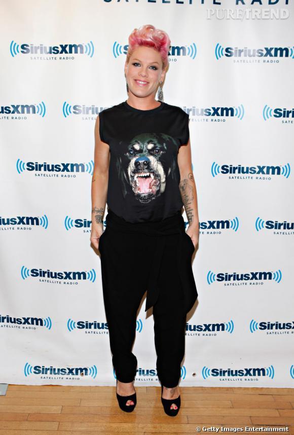 Pink renoue avec les photocalls aux studios SiriusXM de New York.