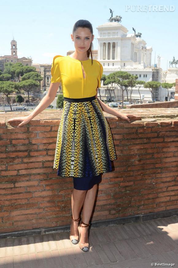 Mannequin vedette du moment, Bianca Balti vient inaugurer son exposition dans une robe vitaminée.