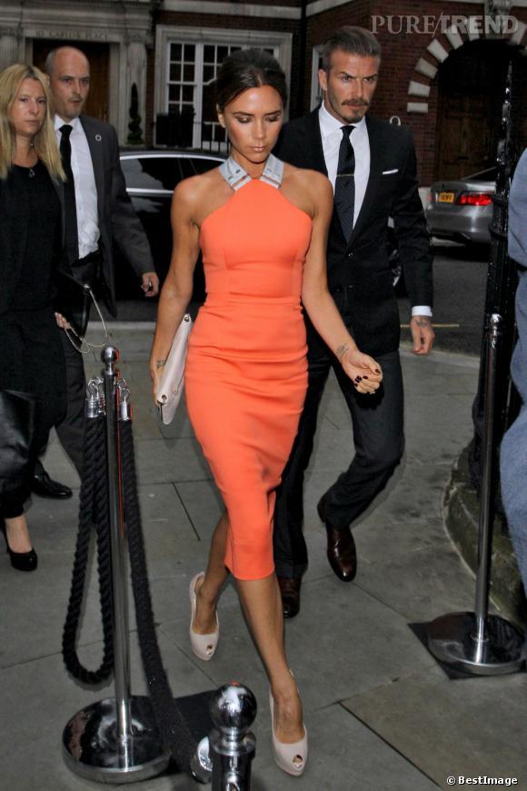 Victoria se réapproprie les robes de sa collection, et opte cette fois-ci pour un modèle abricot très pop