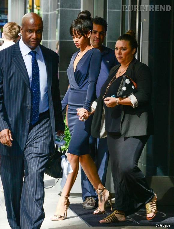 Très affectée par la mort de sa grand-mère, Rihanna lui rend un dernier hommage dans une robe bleu marine très ajustée. Ultra chic !