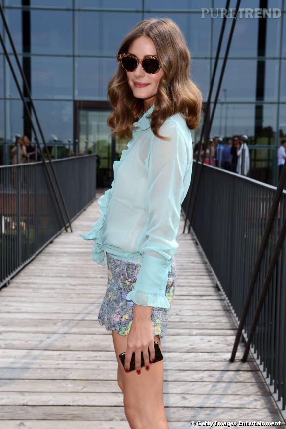 Olivia Palermo ne quitte plus ni son short fleuri ni ses lunettes rétro Tom Ford.