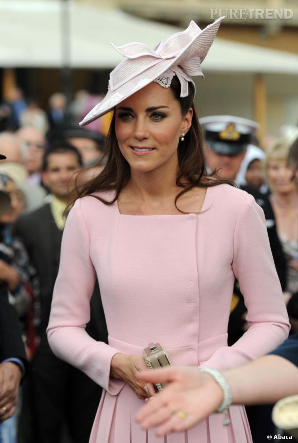 Pour la remercier d'avoir prêté sa robe de mariée à l'exposition Royale, Buckingham Palace offre 380 000 € à Kate Middleton.