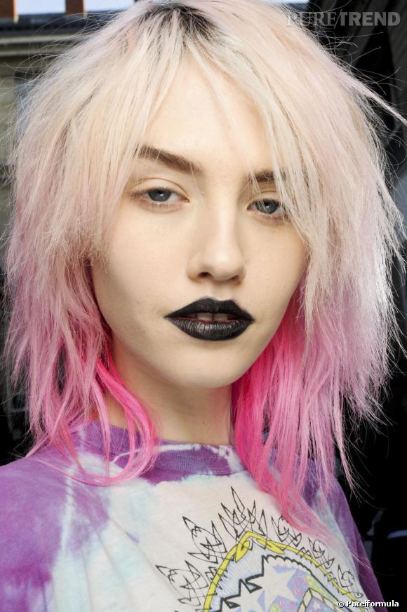 Les cheveux colorés de Charlotte Free nous font de l'oeil.