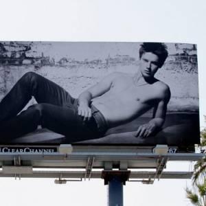 C'est d'abord en tant que mannequin que le jeune homme s'est fait remarquer. Il faut dire qu'avec des panneaux d'affichage aussi impressionants, Hudson a sorti le grand jeu.