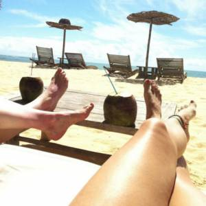 Kelly Brook relax sur son île perdue.