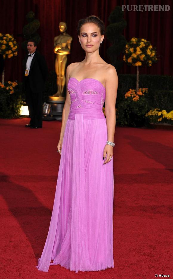 Natalie Portman dans une longue robe rose s'impose sur red carpet.