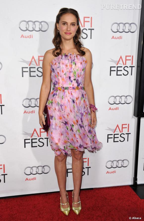 Natalie Portman dans une robe fleurie fait sensation.