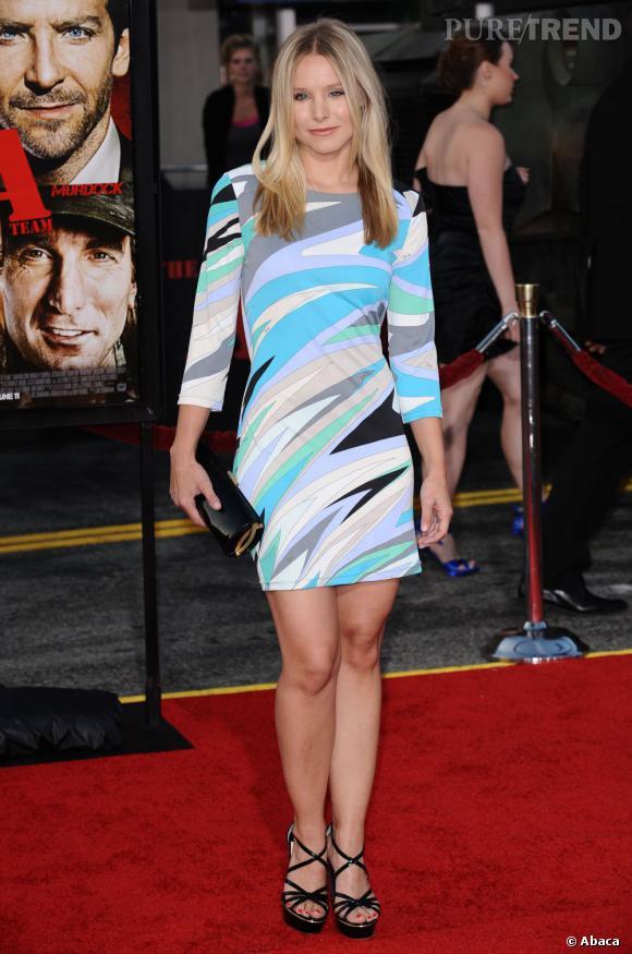 Le flop tapis rouge : en plus d'avoir une forme beaucoup trop simple pour une avant-première, la robe de Kristen a un motif des plus kitsch, façon surf hippie