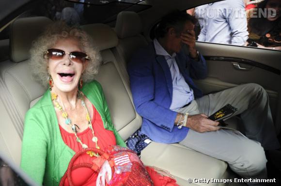 Qui ? La grand-mère funky.  Mami Funky est dingue. Du haut de ses 85 ans, elle saute partout, drague les jeunes et s'habille plus osé que nous. Mais on a pas honte de mamie funky, au contraire, on aimerait autant profiter qu'elle de la vie. Parfois, mamie funky drague les copains de ses petites filles, mais dieu merci, ça ne marche jamais. Bah oui, elle a 85 ans tout de même. Du coup, personne ne lui en veut. Qui d'autre que la Duchesse d'Alba pour faire cette grand-mère ?
