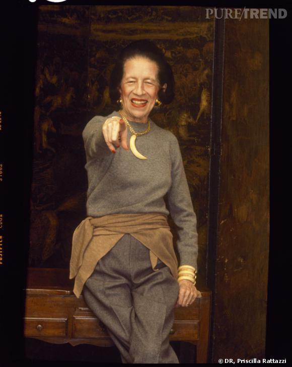 Qui ? L'arrière grand-mère.  On a sa photo sur la cheminé et même de là, elle nous fait bien rire. L'arrière grand-mère était vraiment cool et représente bien l'image de la famille. Elle a vécu des choses de folie, comme fréquenter les Kennedy ou copiner avec la famille royale britannique. Et ouais, c'est ça notre arrière grand mère. Idéalement, elle aurait révolutionner la mode, en devant rédactrice en chef du Vogue pas exemple. Diana Vreeland nous entends-tu ?