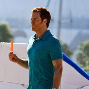 Dexter déguste une glace.