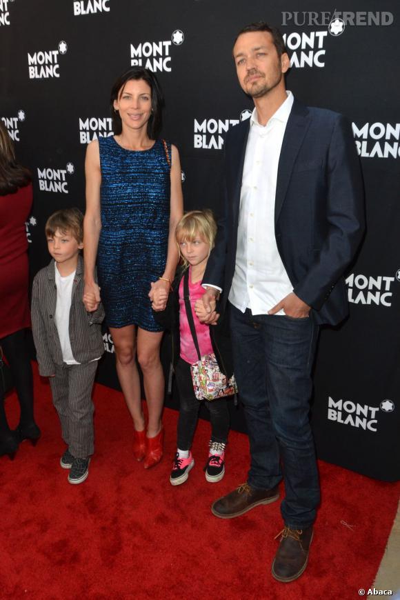 Liberty Ross et sa petite famille sur tapis rouge.