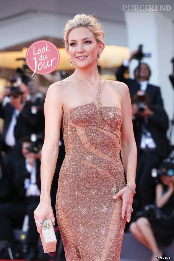 """Lumineuse dans une robe Atelier Versace, Kate Hudson foule le tapis rouge pour son film """"The Reluctant Fundamentalist"""""""