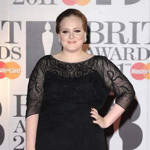 En vrai : Adele, réputée pour son large gabarit.