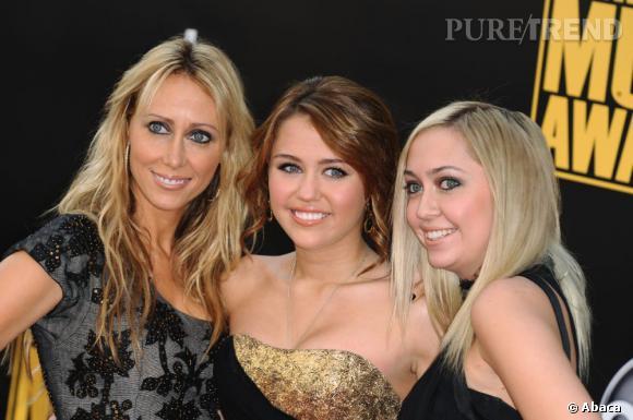 Miley Cyrus a de nombreux amis mais c'est avec sa mère Tish, qu'elle passe le plus clair de son temps. C'est simple, elle l'emmène absolument partout même sur tapis rouge.