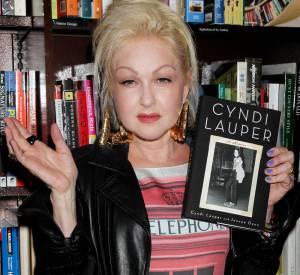 Célèbre pour son extravagance, Cyndi Lauper complète sa tenue de bijoux XXL dorés et d'un vernis violet.