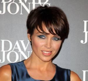 Dannii Minogue porte une coupe au bol avec du mouvement et un effet dynamique sur le devant. À reserver aux visages fins.