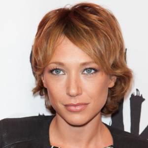 Laura Smet souligne son visage mutin d'une coupe courte décoiffée et d'une jolie couleur. La version parisienne de la garçonne.