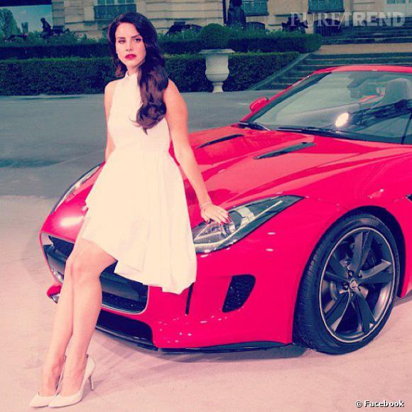 La chanteuse s'asseoit négligemment sur le nouveau modèle Jaguar.