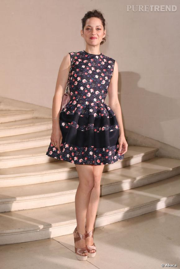 Marion Cotillard porte pour la première fois la robe baby doll Dior dans une version à imprimé fleuri.