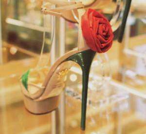 Charlotte Olympia, collection Printemps-Eté 2013 :  Sandales Rose talon en guise de tige et rose en satin.
